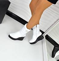 Женские зимние натуральные кожаные белые сапоги сапожки дутики на чёрной подошве танкетке