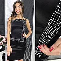 Женское платье черное украшено стразами