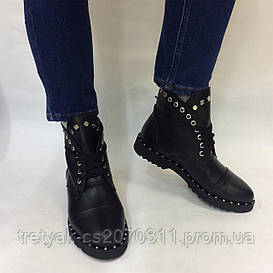Женские зимние ботинки с заклёпками
