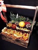 Деревянный ящик с фруктовым наполнением и хвоей. 20*20см - 480гр