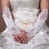 Свадебные перчатки для невесты белого цвета.