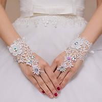 Красивые свадебные кружевные митенки со стразами, с цветами белого цвета