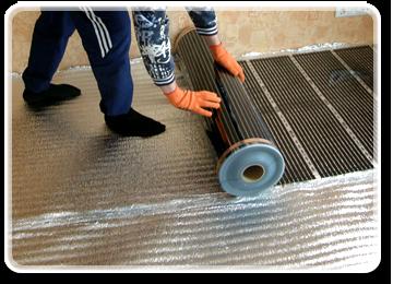 Потім наріжте інфрачервону термоплівку на смужки, потрібної Вам довжини і покладіть їх лицьовою стороною вгору (мідна шина знизу). За рекомендацією виробника термоплівкою досить покривати 70-80% від загальної площі підлоги, відступаючи по периметру.