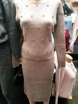 Красивый женский костюм декорирован жемчугом