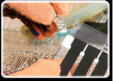 Далі закріпіть електричні клеми до кожної смужки мідної шини та зробіть отвори в мідній шині. Отвори в мідній шині необхідно пробити за допомогою дирокола.