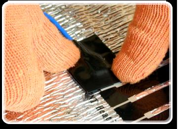 Ізолюйте клеми з двох сторін за допомогою електроізоляційного скотчу, що йде в комплекті теплої підлоги.  Так само накладіть ще один шар електроізоляції за допомогою спеціальної ізоляційної стрічки.