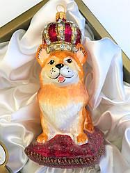 Елочная игрушка Корги в короне на подушке