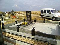Гранитный метровый памятник с надгробной плитой. Ограда покостовский гранит + габбро