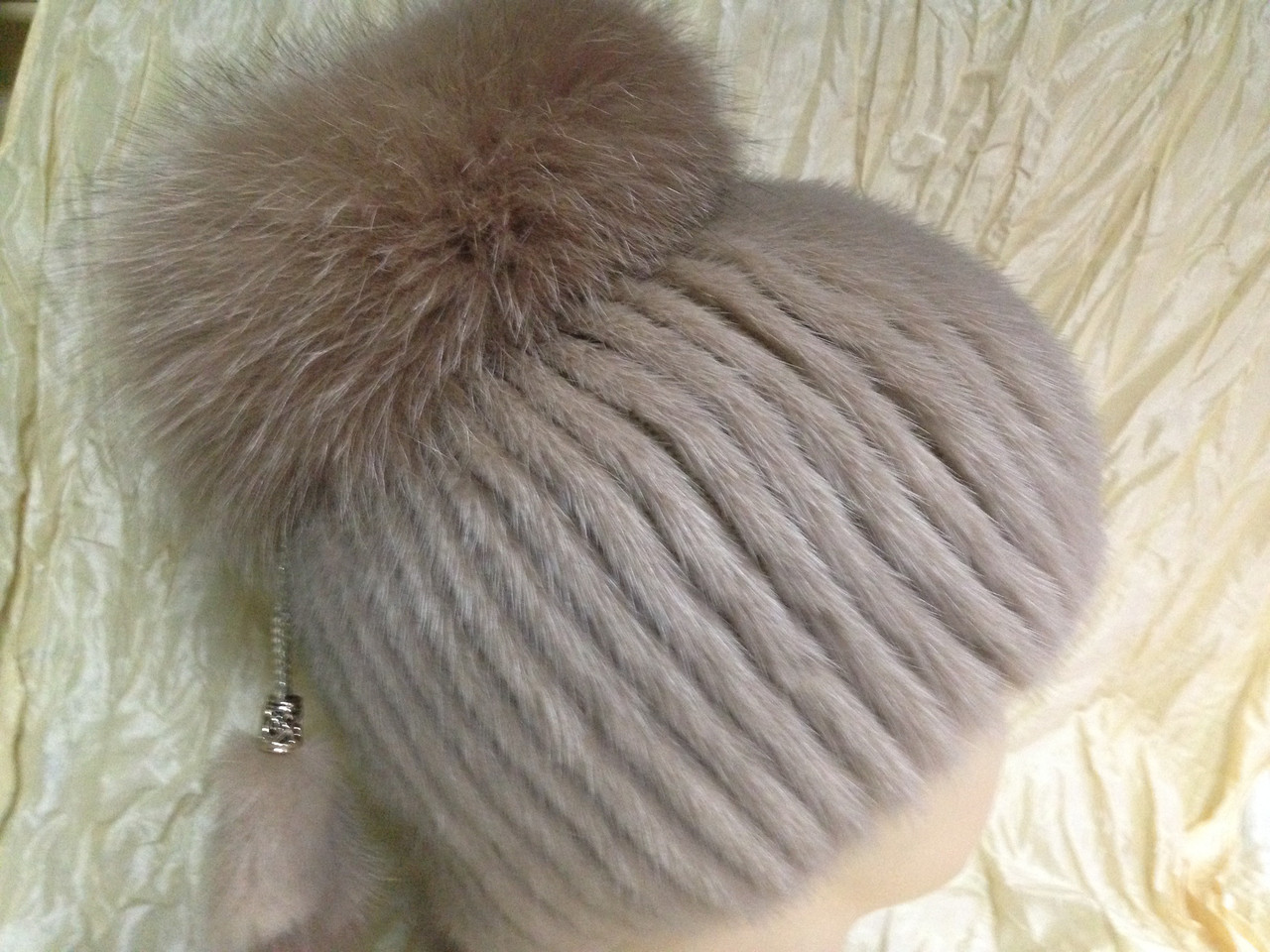Меховая шапка из норки цвет кофе с молоком на вязанной  основе
