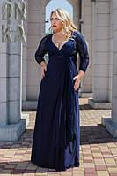 Длинное платье с декольте декорированное гипюром