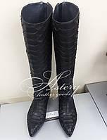 Женские черные сапоги из питона на низком ходу