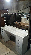 Широкий стол для визажиста с подсветкой, зеркало без рамы с лампами