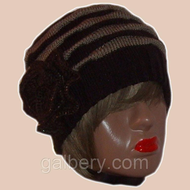Вязаная женская зимняя шапка с цветком коричневого цвета