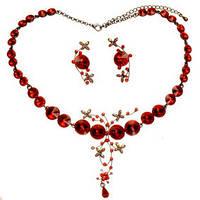 Набор бижутерии из ожерелья и сережек с красными граненными камнями