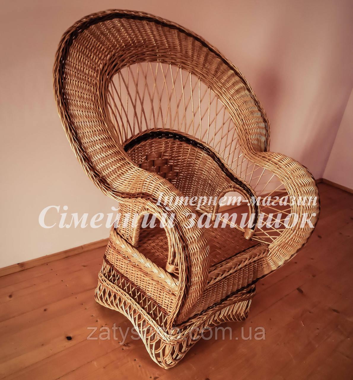 Красивое плетеное кресло