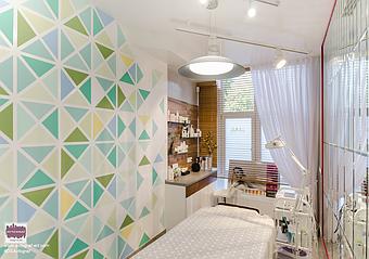 Інтер'єр доповнює розпис стін в косметології. Структурований ісландський мох в перетинках і стіновому панно додають природних акцентів в сучасний інтер'єр.