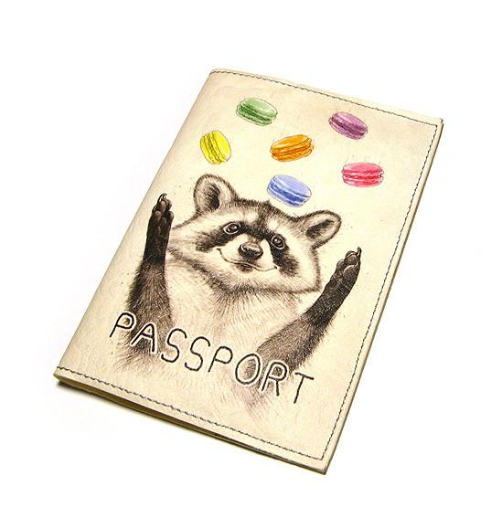 Обложка для паспорта Енот с печеньем