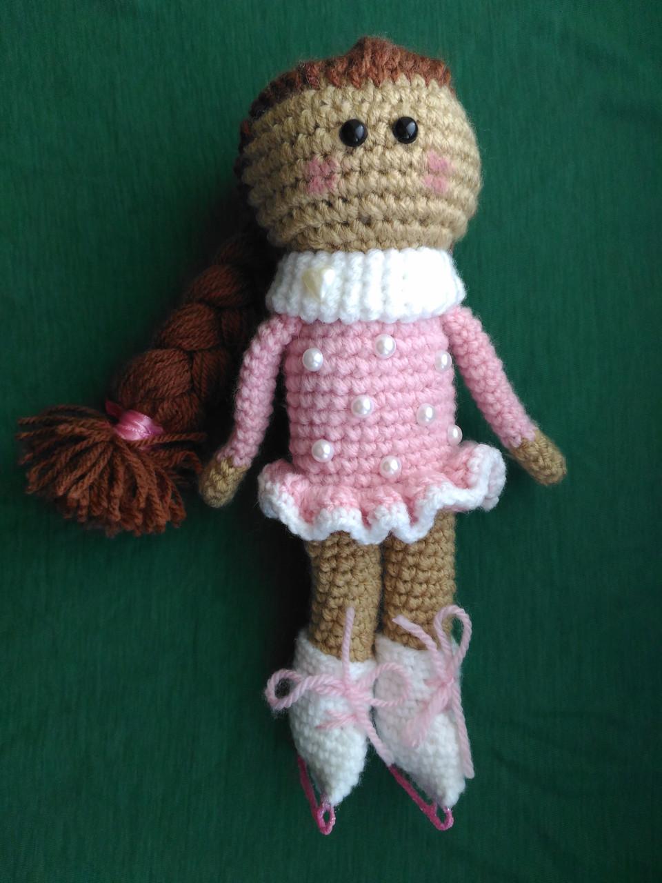 Вязаная  кукла фигурист на коньках