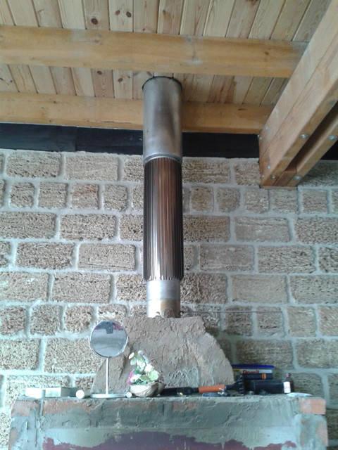 Каминный вентилятор устанолен на дымоход, на металлический лист. Тяга регулируется ступенчатым переключателем, который установлен в непосредственной близости от камина.