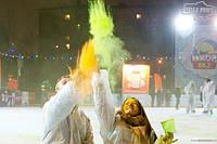 Святкуй зимові свята з родиною та фарбами Холі.