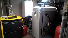 Многофункциональная емкость с подключенными газовым и твердотопливным котлом, помимо теплового насоса