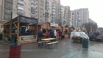 Торговый киоск из дерева имеет явное преимущество перед металлическими киосками. В деревянном павильоне не жарко летом и не холодно зимой, потому, что у древесины низкая теплопроводность.
