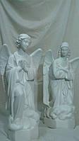 Скульптуры  молящигся ангелов из белого  бетона