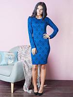 Приталенное платье синего цвета с вышитым узором