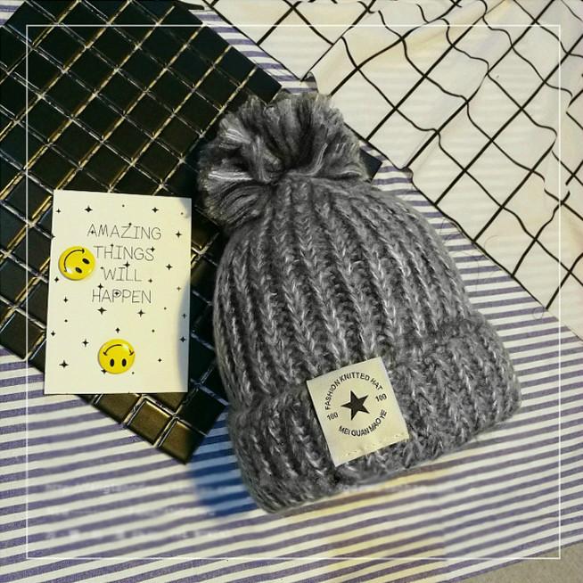 Женская теплая вязаная шапка с бубоном (помпоном) Star серая
