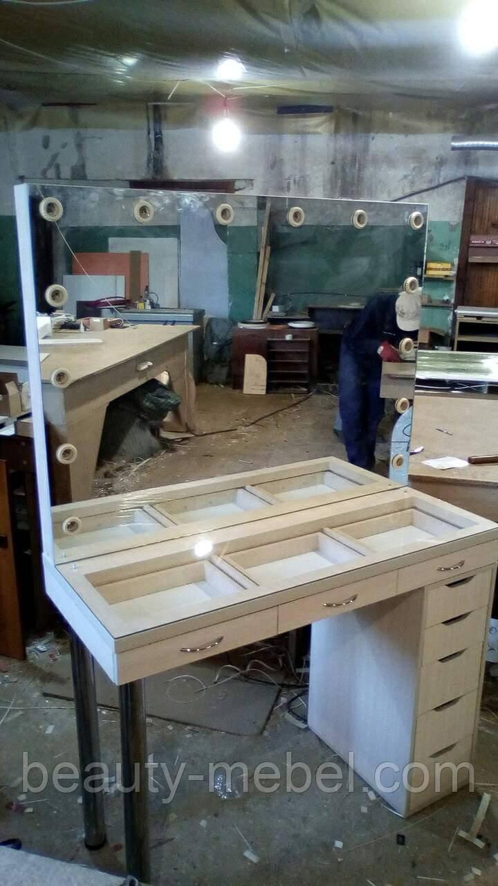 Стол для визажиста с витриной на столешнице