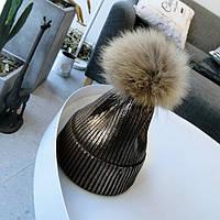 Женская теплая вязаная шапка с напылением и меховым бубоном коричневая