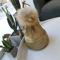 Женская теплая вязаная шапка с напылением и меховым бубоном золотая, фото 1