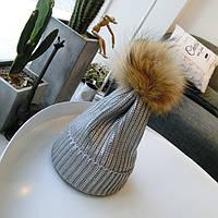 Женская теплая вязаная шапка с напылением и меховым бубоном серебристая, фото 1