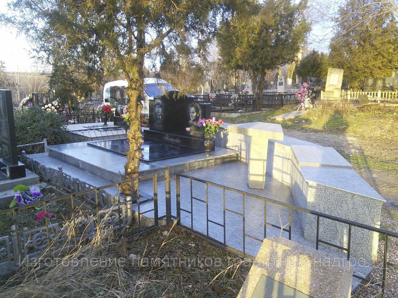 Двойной гранитный на общем базу с тройной надгробной плитой. Облицовка покостовка + керамогранит