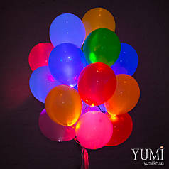 Яркая связка из 20 светящихся разноцветных шаров с гелием