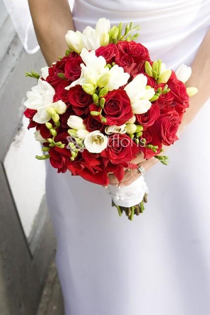 Свадебный букет в красном цвете, павлопосадский платок цветы купить в санкт-петербурге