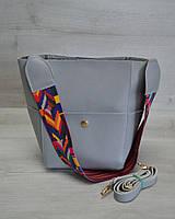 Женская сумка из эко-кожи яркий ремень серого цвета