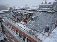 Уборка крыши от снега и сбить сосульки