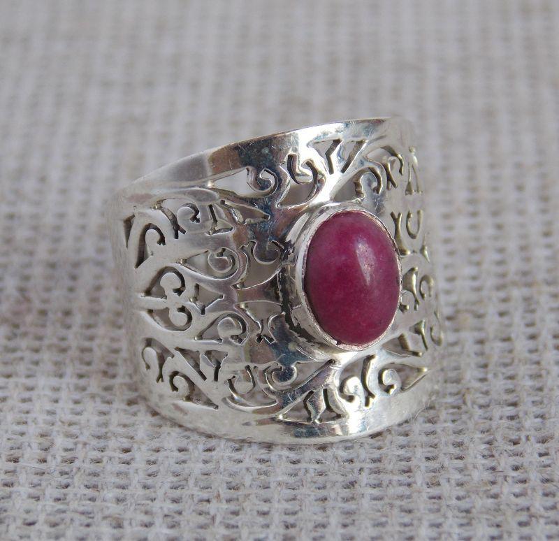 Серебряное кольцо с красным корундом 18 размера. Кольца с драгоценными камнями