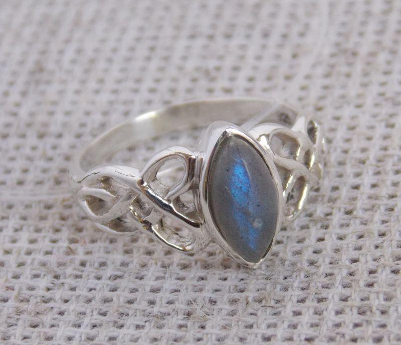 Серебряное кольцо с лабрадором кельтика, 17 размер