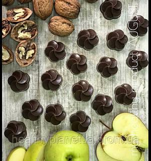 Конфетa из натурального шоколада «Яблоко-грецкий орех»