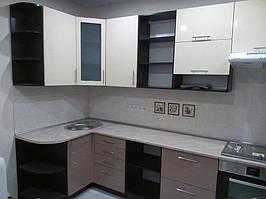 Угловая кухня - контрастные фасады