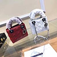 Небольшая кожаная сумка с металлическими украшениями на цепочке Dior