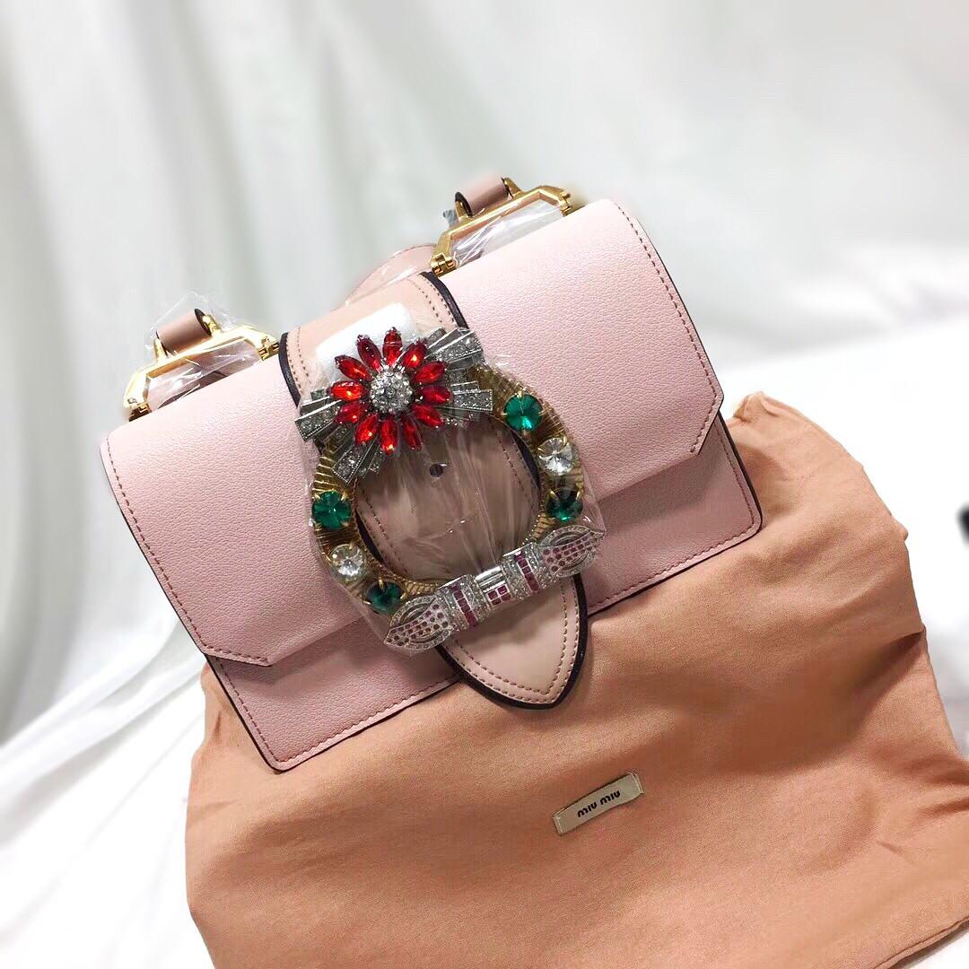 77adedcd92d9 Розовый клатч из натуральной кожи с пряжкой со стразами MiuMiu - Люкс  реплики брендовых сумок,