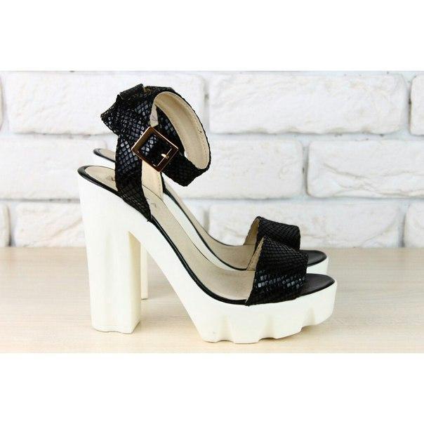 90074c5b01d5 Женские босоножки на устойчивом каблуке кожаные черного цвета под питон -  Интернет-магазин обуви Vzuto