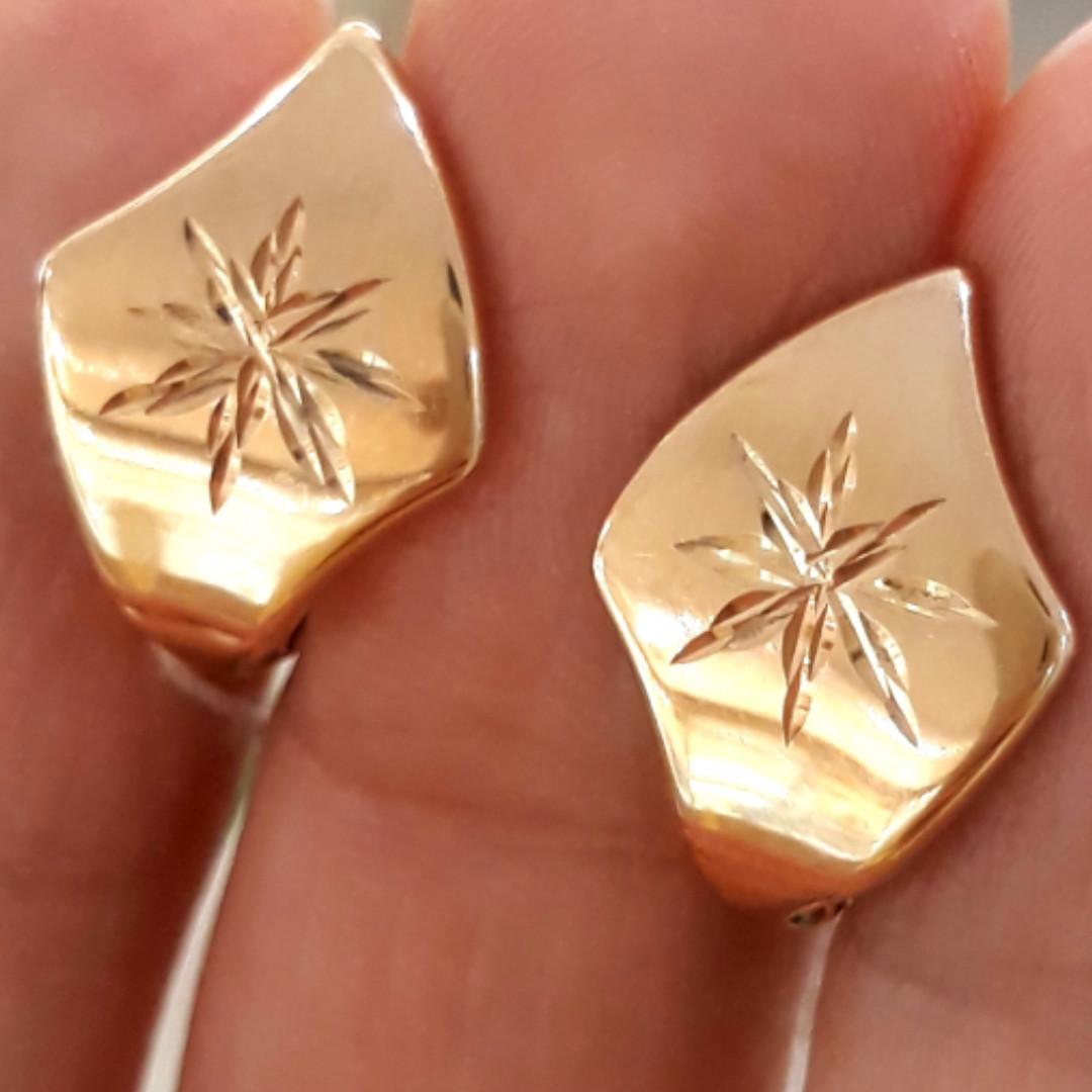 Золотые серьги с алмазными насечками без камней