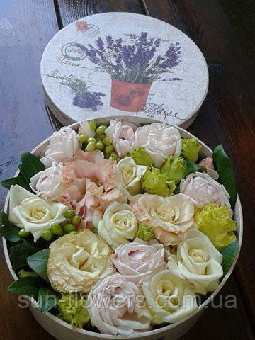 Круглая коробочка с цветами розой и эустомой