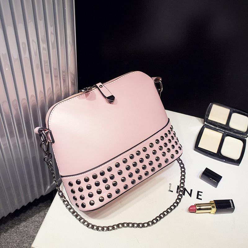 717c4afe8db7 Женская сумочка через плечо с заклепками розовая купить по выгодной ...