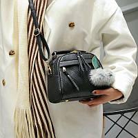 Красивая черного цвета женская сумка с меховым помпоном форма чемоданчик