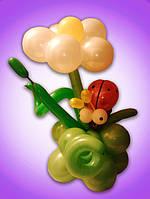 Цветок из воздушных шаров с букашкой